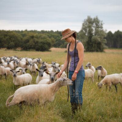 gironde, agricultrice, eleveuse, éleveuse, moutons, beh, mouton en photo, chapeau, gironde, departement, eleveur, l'amour est dans le pré, éleveuse girondine, éleveuse en médoc, médoc, saint laurent
