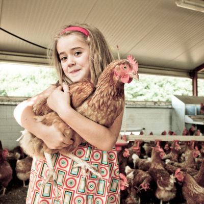portrait-enfant-poule-pondeuse-gironde-magazine-sebastien-huruguen-phtographe-bordeaux