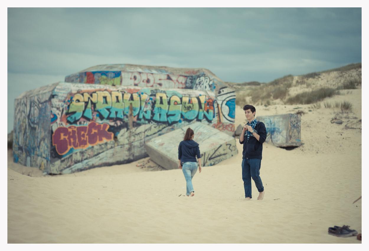 sebastien-huruguen-photographe-gironde-couple-bunker-sur-la-plage-du-cap-ferret