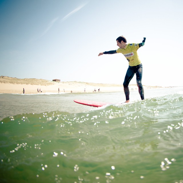 Gregory Cuilleron de Top Chef  en pleine séance de surf coaché par @paulineado et @justinedupont33 durant le Swatch Girls Pro France à Seignosse. En parlant de surf et de handicap soutenez l'association Handi Surf jusqu'au 6 décembre 1 CLIC = 1€ à HANDI SURF : http://www.macifcourseaularge.com/escalessolidaires/ #surf #handicap #handisurf #gregcuilleron #topchef #m6 #swatchgirlspro #swatch @swatchgirlspro #huruguen #sebhuruguen #france #handi #surfing #waves #summer #macif #escalessolidaires