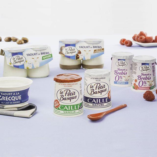 La gamme de yaourts au lait de brebis Le Petit Basque, quel est votre préféré ? Réalisation photo : @paulinemetge & @www_huruguen_fr #yaourt #lepetitbasque #brebis #caillé #fruits #frais