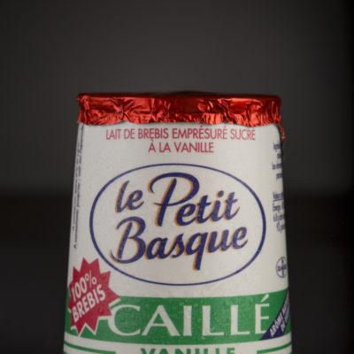 packshot-produit-sur-fond-noir-haut-de-gamme-premium-qualite-yaourt-caille-vanille-le-petit-basque-le-petit-basque-sebastien-huruguen-photographe-packshot-bordeaux