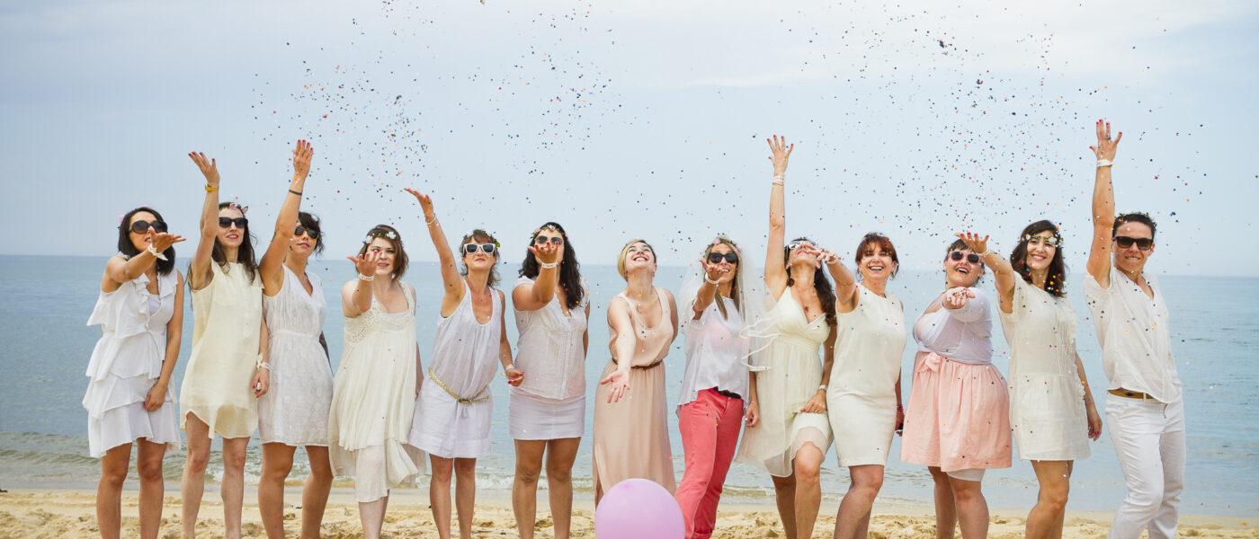 Séance photo EVJF à la dune du Pyla entre copines ballons roses confétis
