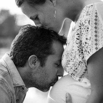 photographe-grossesse-bordeaux-gironde-sebastien-huruguen-future-maman-seance-photo-couple-exterieur-lac-6