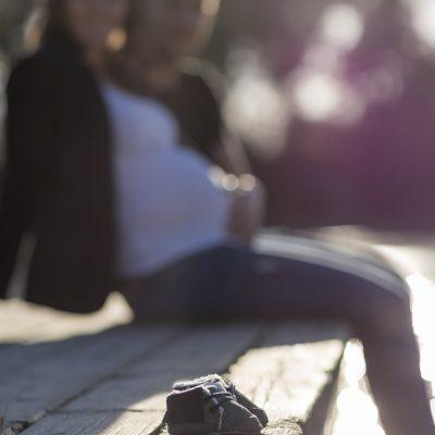 photographe-grossesse-future-maman-femme-enceinte-seance-couple-papa-maman-mum-dad-au-bord-de-eau-extrerieur-foret-lac-sebastien-huruguen-bordeaux