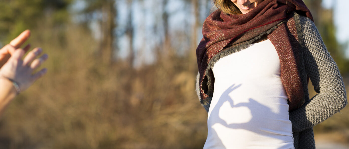 Séance photo future maman grossesse futurs parents extérieur au bord d'un lac Bordeaux