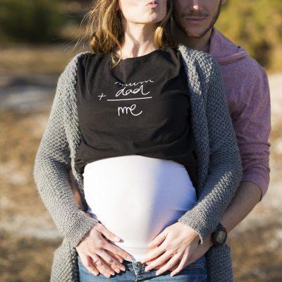 photographe-grossesse-future-maman-femme-enceinte-seance-couple-papa-maman-mum-dad-tshirt-extrerieur-foret-lac-sebastien-huruguen-bordeaux