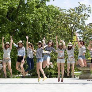 seance-photo-EVJF-sebastien-huruguen-photographe-mariage-bordeaux-jardin-publique-groupe-chapeaux-lancé-saut-filles