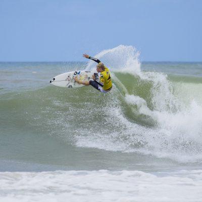 Oakley surfer sebastien zietz frontside carve during QS sooruz Lacanau Pro 2009 surfing
