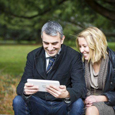 sebastien-huruguen-bordeaux-photographe-pro-seance-photo-book-lifestyle-duo-merignac-tablette-couple-parc-mairie