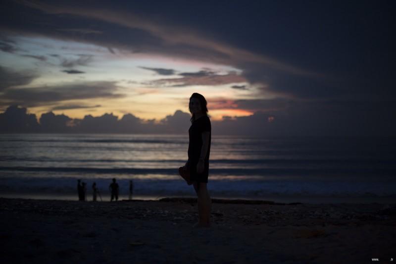 Jeune femme sur la plage au coucher de soleil Bali bali coucher de soleil sur la plage sunset canon eos sebastien huruguen photographe bordeaux professionnel photographe pro bordeaux sebastien huruguen bali plage sunset coucher de soleil