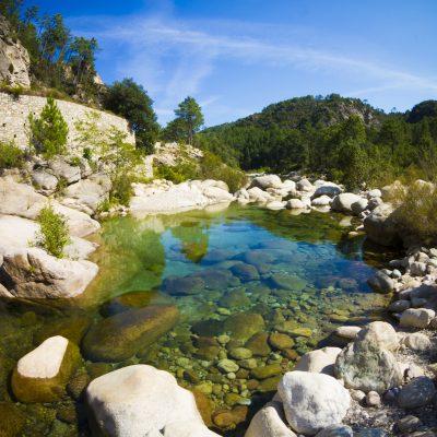 joli paysage au bord d'une riviere a l'eau transparente dans le centre de la corse