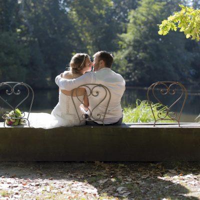 photo-de-mariage-bordeaux-sebastien-huruguen-parc-majolan-blanquefort-couple-de-maries-sur-un-banc