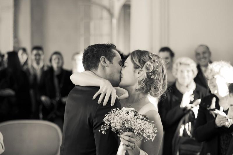 couple mariés bisous baiser s'embrasse mariage civil mairie de talence bordeaux sebastien huruguen photo noir et blanc N&B