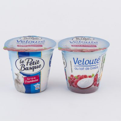 photo-packshot-yaourt-veloute-au-lait-de-brebis-sur-lit-de-framboise-le-petit-basque