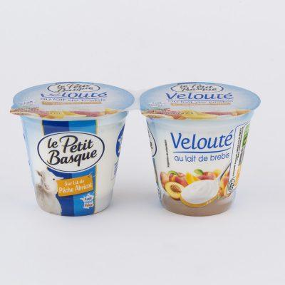 photo-packshot-yaourt-veloute-au-lait-de-brebis-sur-lit-peche-abricto-le-petit-basque