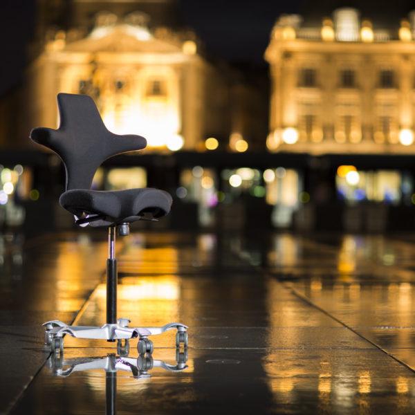 photo-produit-studio-bordeaux-miroir-eau-sebastien-huruguen-photographe-traway-place-de-la-bourse-fauteuil-ergonomique