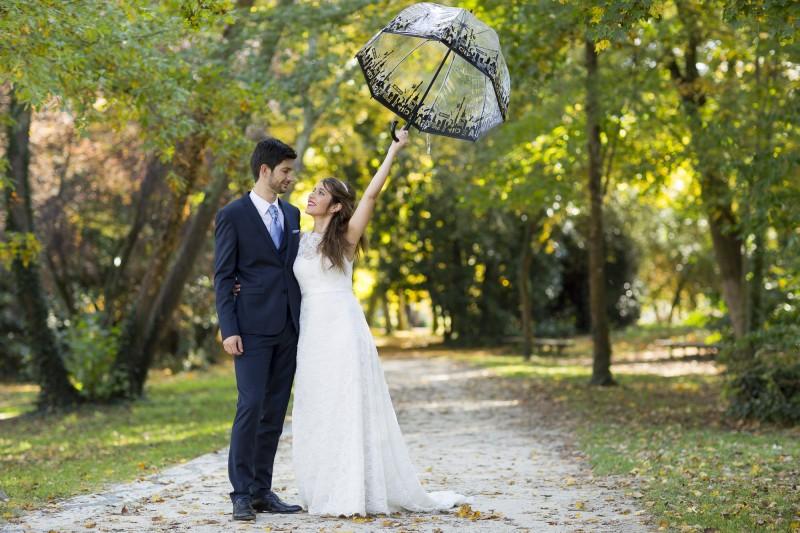 Couple de jeunes mariés sous une ombrelle dans le parc majolan majolan seance trash the dress couple mariage sebastien huruguen bordeaux couple de jeune maries sous une ombrelle en robe de mariage et costume de mariage dans le parc majolan a blanquefort proche de bordeaux en gironde aquitaine sebastien huruguen