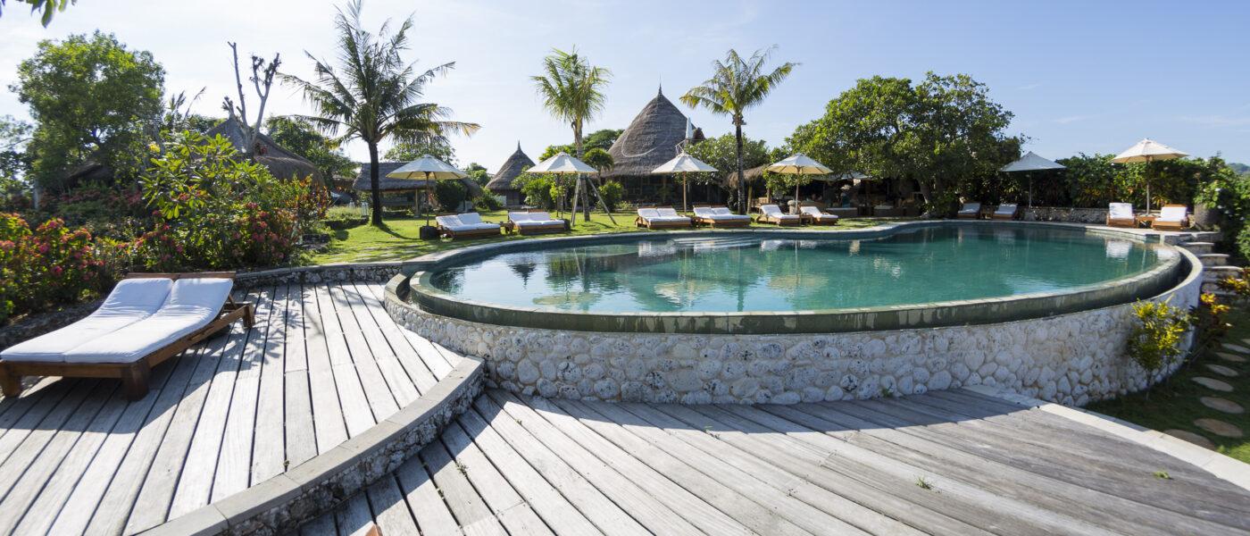Superbe terrasse en bois autour de la piscine de l'hotel Mu Spa à Bali en indonésie