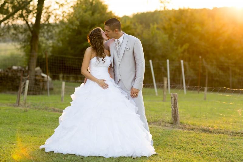 Couple de jeunes mariés au coucher de soleilcouple de jeunes mariés au coucher de soleil dans un champs mariage bordeaux sebastien huruguen robe de mariee Photographe professionnel de mariage à Bordeaux Sebastien Huruguen