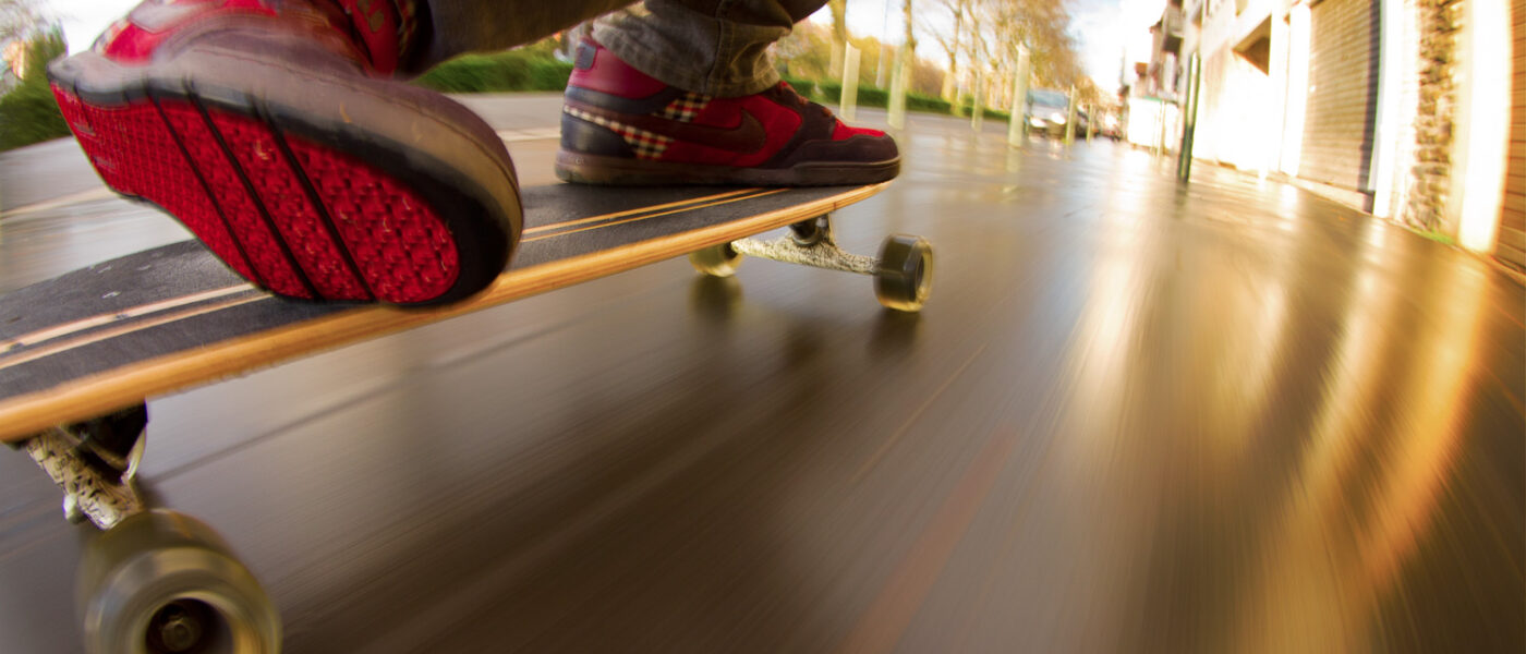 sebastien huruguen longboard skaterboard rue toulouse streets miroir vitesse filé nike sneakers