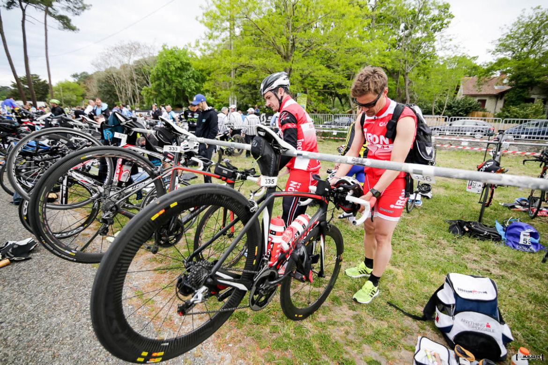 Concurrent qui dépose son vélo et ses affaires dans le parc de transition