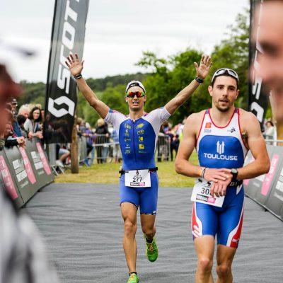 Un triathlète heureux de franchir la ligne d'arrivée du Scott Half Triathlon - Lacanau Tri Events 2016 | Sébastien Huruguen www.huruguen.fr