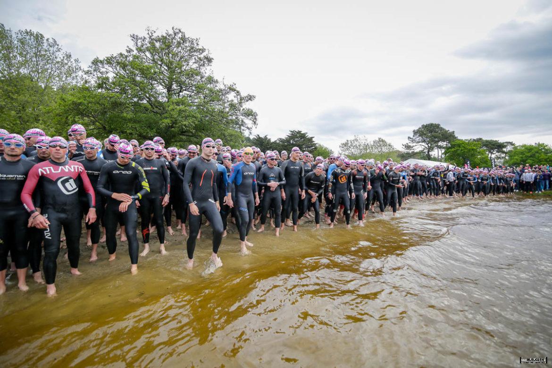 Les triathlètes au départ sur la plage du Moutchic Scott Half Triathlon - Lacanau Tri Events 2016 | Sébastien Huruguen www.huruguen.fr