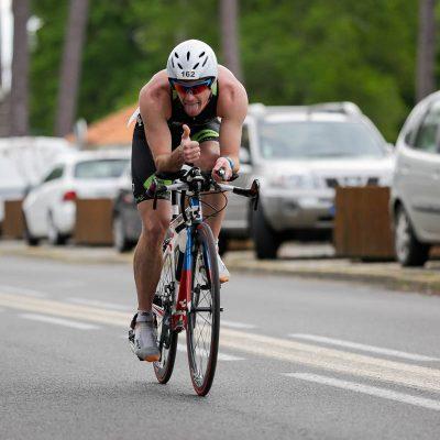 Jean-Philippe Klein le pouce en l'air sur le parcours vélo de 90km du Scott Half Triathlon - Lacanau Tri Events 2016 | Sébastien Huruguen www.huruguen.fr