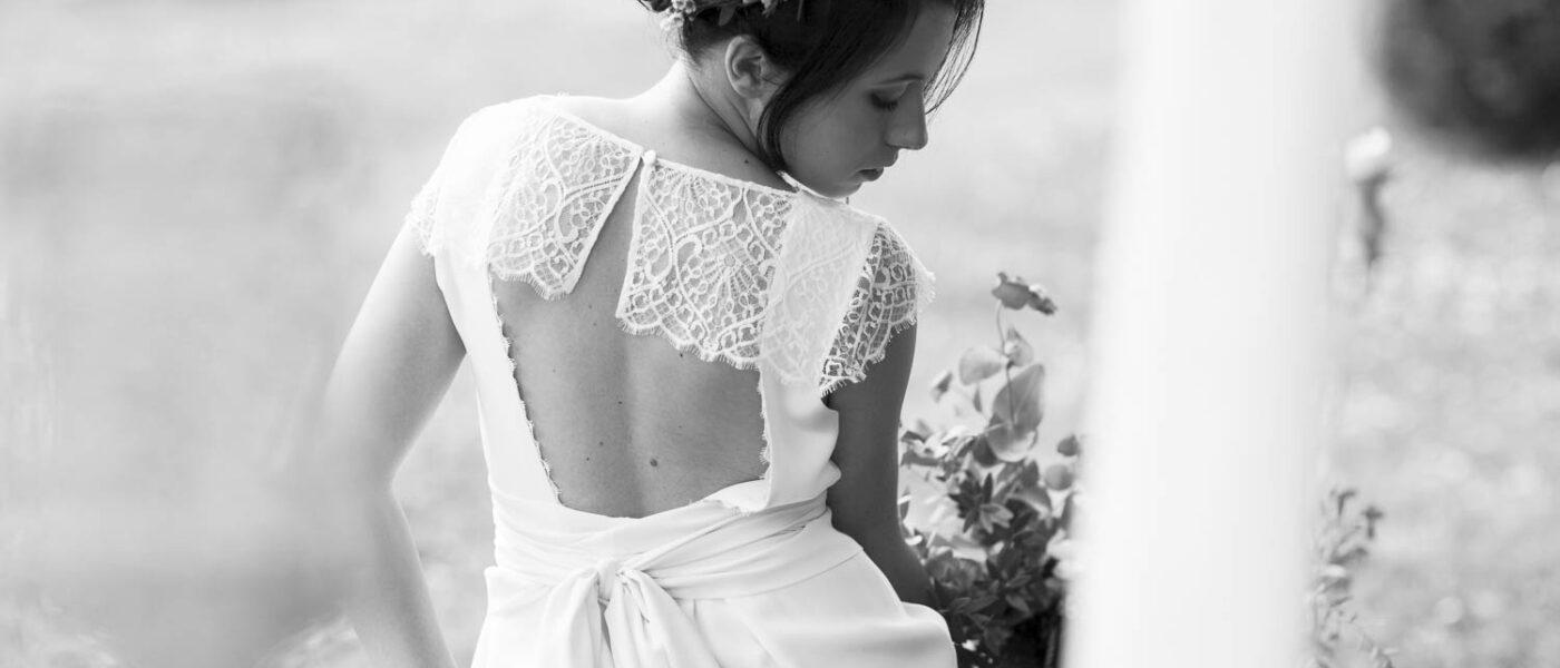 Nena dans sa belle robe de mariage dos nu noeud et dentelle  Laura Folk Felicie Oh Oui avec sa couronne de fleurs et son bouquet Elisabeth Delsol dans les mains
