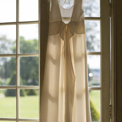 robe de mariée suspendue à une fenetre