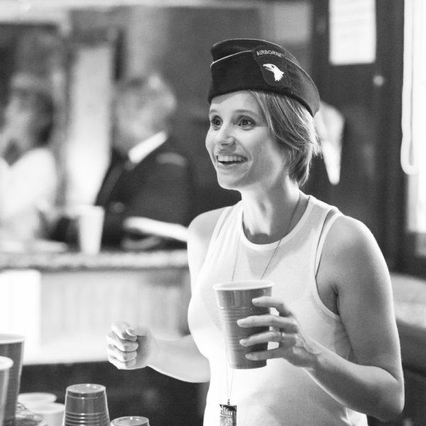 Une jolie barmaid serveuse servant des cocktails et drinks derrière le bar lors d'une soirée privée dans le centre ville de Bordeaux