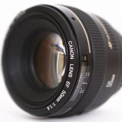 L'objectif Canon EF 50mm f1.4 USM sur fond blanc packshot