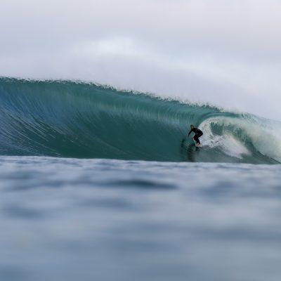 le surfeur Nicolas Brieda profond dans un tube en surf step off à Hossegor le matin du premier jour du quiksilver pro france 2016 sur la plage des culs nus lancé par Bastien Bonnarme sur le jet ski photographié par Sébastien Huruguen avec un Canon EOS 5D mark III au 50mm dans un caisson Liquid Eye Water Housing C1900
