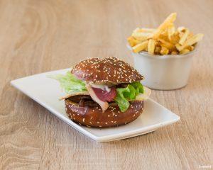 burger-cote-terrasse-restaurant-photographe-culinaire-bordeaux-sebastien-huruguen