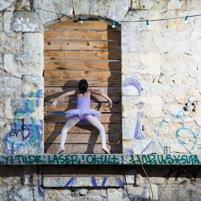 danseuse-classique-moderne-sia-rues-darwin-fenetre-bois-mur-sebastien-huruguen-photographe