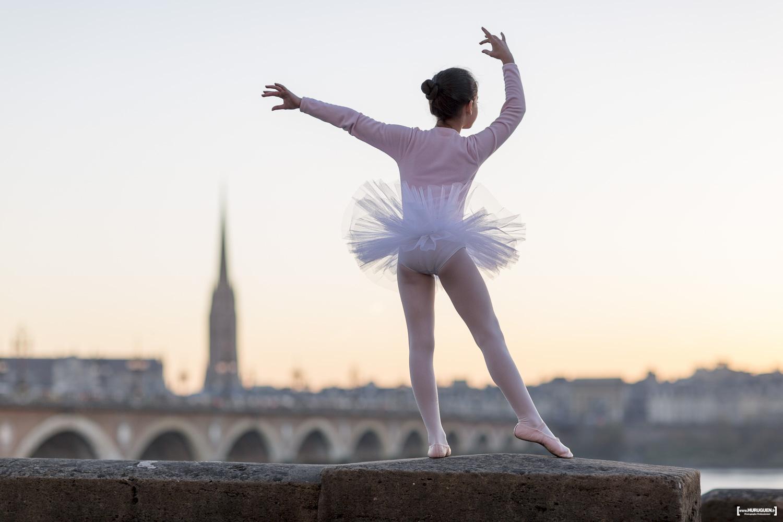 danseuse sur le pont de pierre dans le centre ville de bordeaux