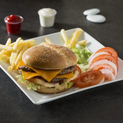 photographe-culinaire-bordeaux-burger-fast-food-restaurant-assiette-frites-tomate-ognon-sauces-sebastien-huruguen-sandwich
