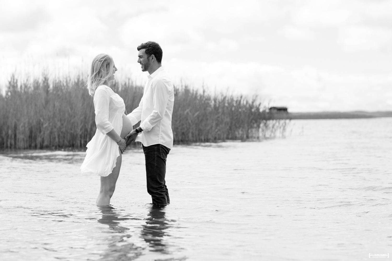 sebastien-huruguen-photographe-grossesse-futurs-parents-sanguinet-landes-gironde-maman-papa-femme-enceinte-lac-couple-noir-blanc