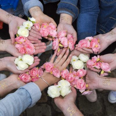 mains bague alliance fleurs roses blanches tatouage ephemere EVJF copines amies manucure veste en jeans bracelet french manucure team bride bride to be future mariée enterrement de vie de jeune fille a bordeaux sebastien huruguen seance photo