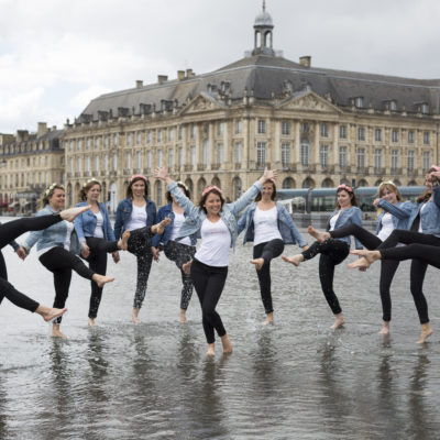 seance-photo-evjf-bordeaux-place-de-la-bourse-miroir-eau-fleurs-roses-blanches-future-mariee-amies-copines-sebastien-huruguen
