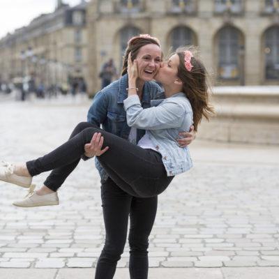 seance-photo-evjf-place-bourse-bordeaux-portrait-amies-copines-best-friend-sebastien-huruguen-photographe-future-mariée-couronnes-fleurs