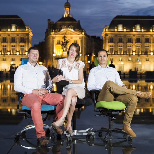 sebastien-huruguen-photographe-bordeaux-portrait-chefs-entreprise-miroir-eau-place-bourse-quais-sieges-ergonomique-portraits-seance-photo