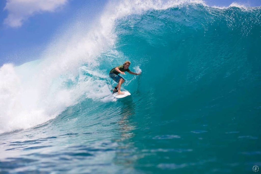surfer bali tube uluwatu